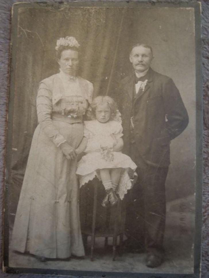 În întuneric, în cufărul din casa moștenită au găsit secretul halucinant al bunicii lor iubite