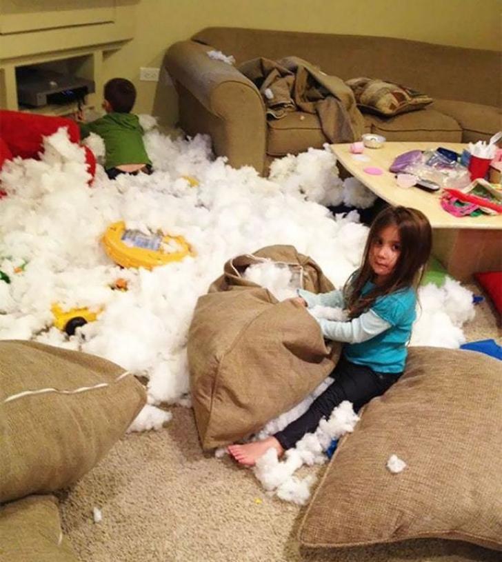 Ce se întâmplă atunci când copiii rămân singuri acasă. Părinţii şi-au pus mâinile în cap