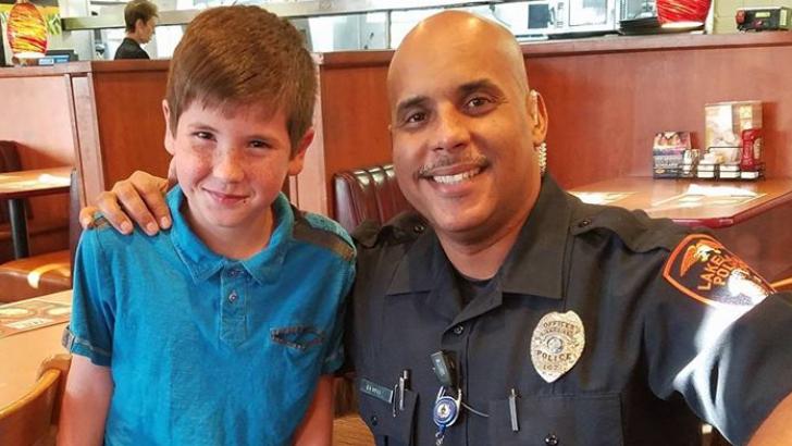 Poliţistul a luat micul-dejun la restaurant. A cerut nota.Când a văzut ce scrie, a căzut de pe scaun