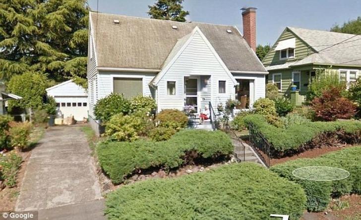 Se uita pe Google Earth la fosta ei casă. Când a văzut cine uda florile a ÎNGHEŢAT. O ştia moartă