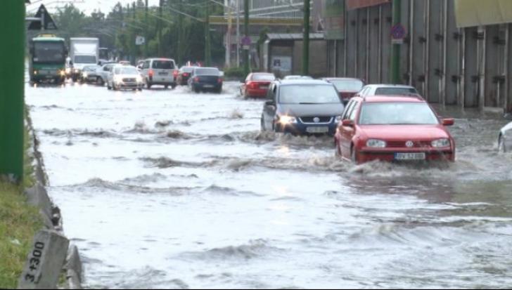 Furtuna face prăpăd în Prahova: gospodării inundate şi maşini BLOCATE pe carosabil