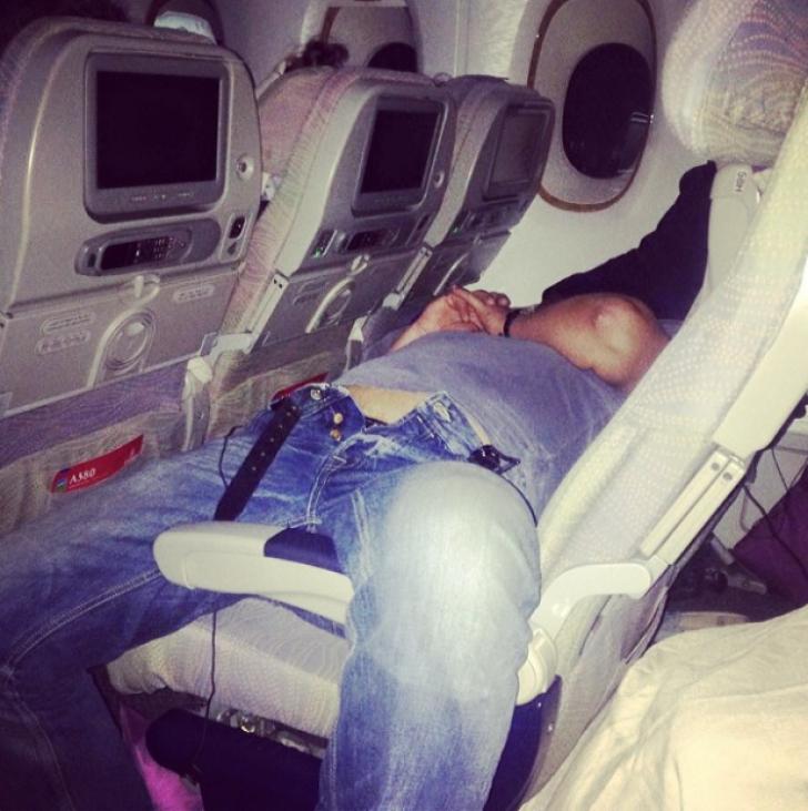 A băut 3 sticluțe de whisky în avion şi s-a îmbătat. Stewardesele s-au uitat mai bine la el, ŞOCANT!