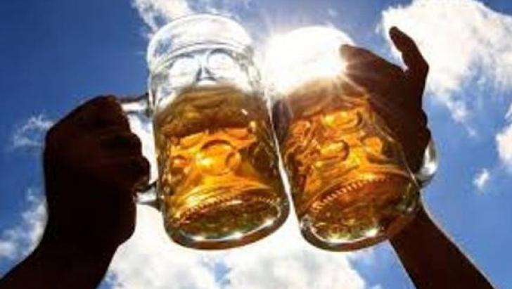 De ce este periculos să consumăm alcool şi băuturi carbogazoase pe timp de caniculă