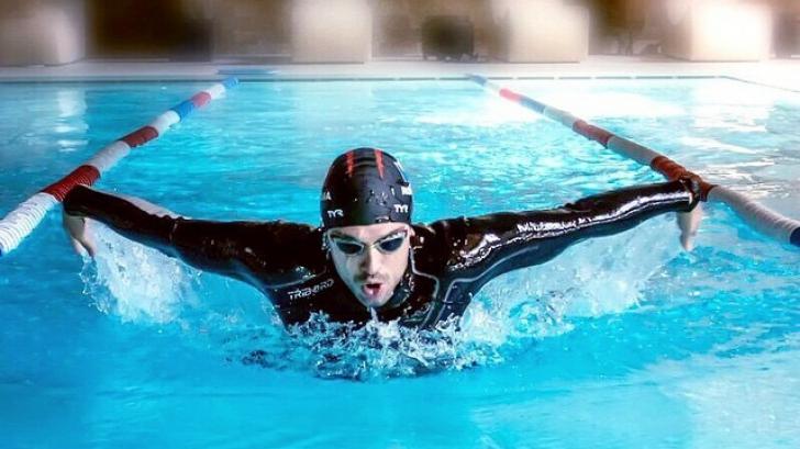 În cât timp învaţă o persoană să înoate?