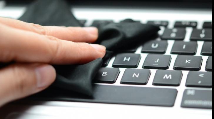 6 moduri simple care te ajută să cureți praful din calculator repede și bine