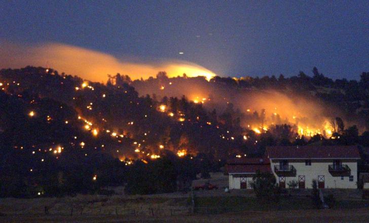 Catastrofă în California! Incendii severe amenință două state, iar pompierii cu greu fac față