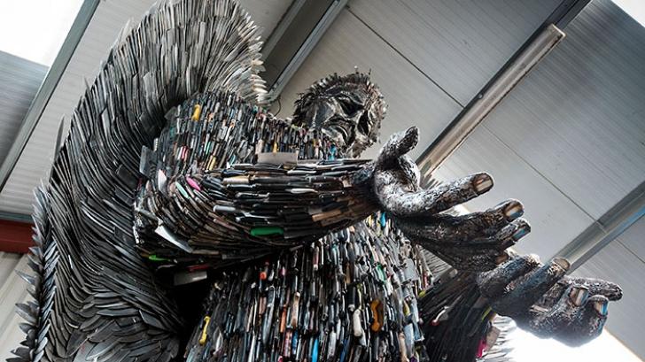 Un sculptor a construit un ÎNGER gigant folosind cel mai neobişnuit material. Motivul e emoţionant