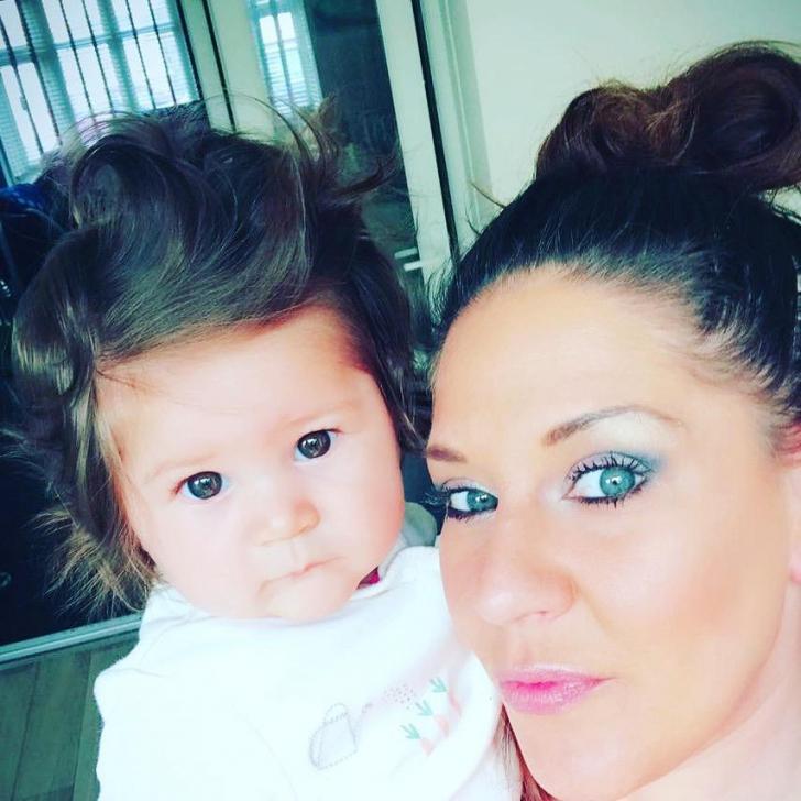 O fetiţă de 9 luni e vedetă pe internet - are părul atât de lung şi des, încât poate fi împletit