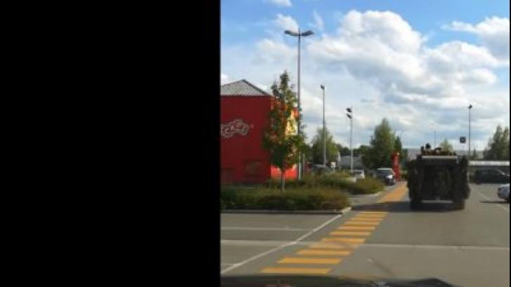 FOTOGRAFIA ZILEI: cu TANCUL la fast-food. Culmea, nu se întâmplă în Rusia!