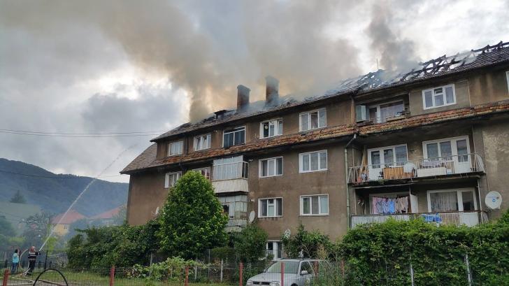 Incendiu violent într-un bloc din Piatra Neamţ. Imagini SPECTACULOASE - FOTO & VIDEO