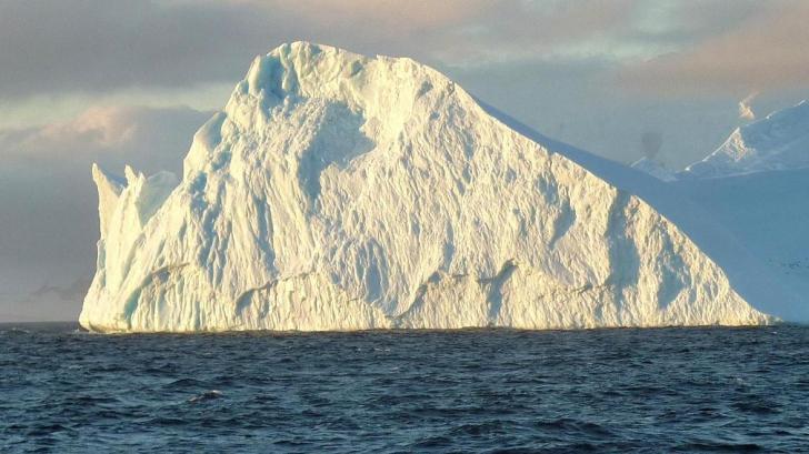 Iceberg uriaș, desprins de calota Antarcticii