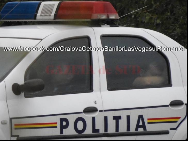 Anchetă a IPJ Dolj, după ce doi poliţişti au fost fotografiaţi dormind în maşina de serviciu