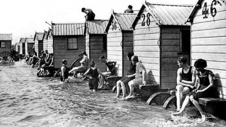 """Cum înotau femeile în trecut? Cele care nu ştiau să înoate erau legate de ''maşina de îmbăiere"""""""