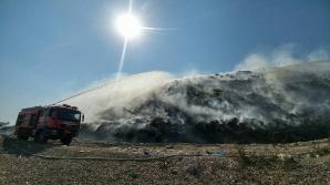 De patru zile pompierii se luptă cu focul