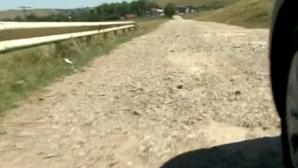 Un drum din jud. Iaşi, asfaltat cu bani europeni, arată ca după război. UE a cerut banii înapoi