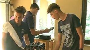 Elevii au construit o dronă în garajul părinţilor.