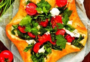 Reţetă delicioasă pentru finalul verii: Plăcintă cu roşii, brânză şi ierburi aromate