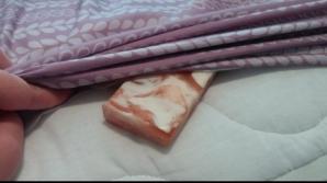 Seară de seară a pus un săpun sub așternuturile patului, înainte de culcare. Motivul e incredibil!