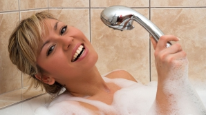 Cum să te speli corect pe cap. Cele mai frecvente greşeli la duş: îţi afectează grav pielea