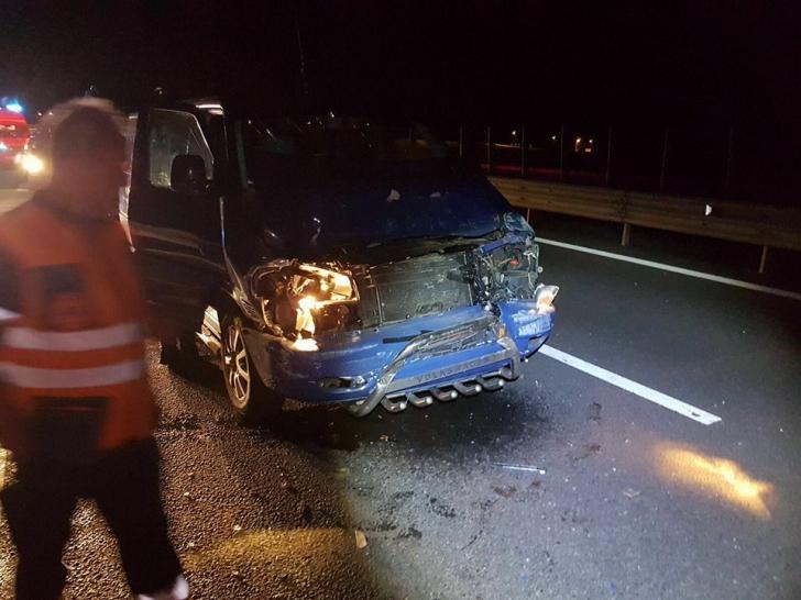 GALERIE FOTO. Microbuz implicat într-un grav accident pe Autostrada Orăştie - Sibiu