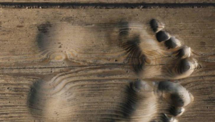 Au intrat în chilia călugărului şi au văzut forme de tălpi în podea. Adevărul este tulburător