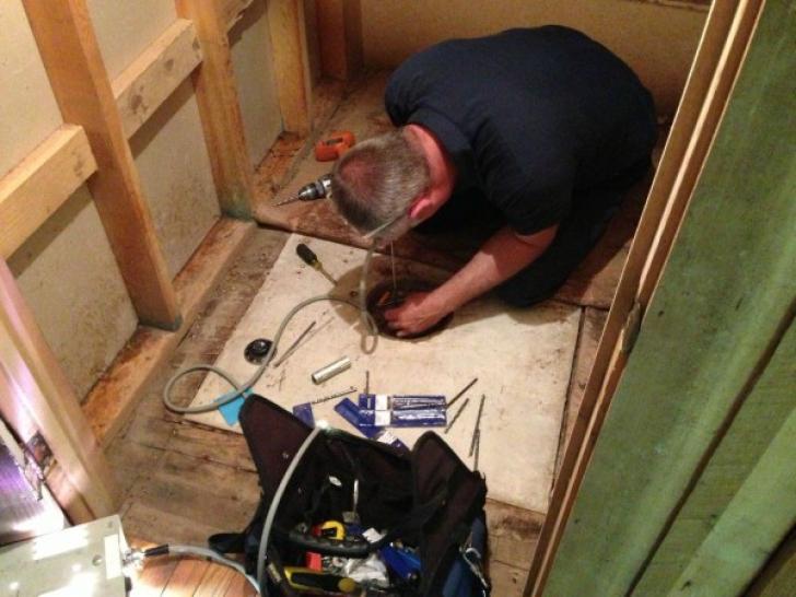 Pe patul de moarte bunica i-a zis să caute sub covor.Era un seif.L-a deschis.ŞOC!Era acolo de 80 ani