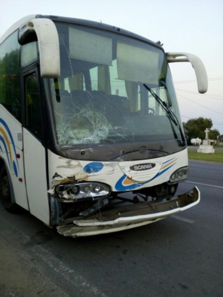 Coliziune între un autocar și un autoturism! Un copil de 4 ani a fost proiectat prin parbriz