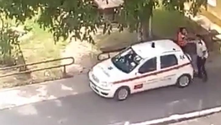 VIDEO. Bătaie în curtea Ambulanţei, între un poliţist şi o asistentă care sunt iubiţi