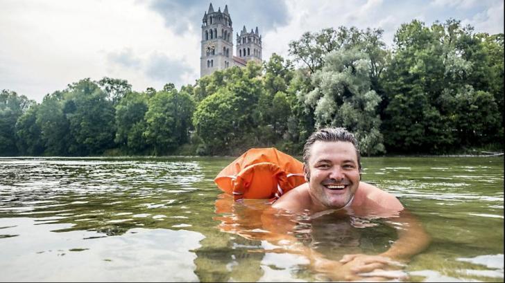 Un bărbat din Germania înoată în fiecare zi până la locul de muncă! Povestea inedită