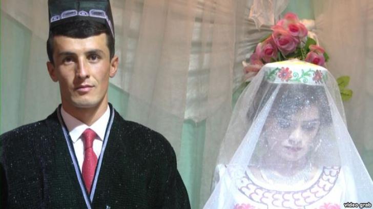 În ziua nunții, el zâmbește, ea aproape plânge. Explicația tulburătoare a tristeții miresei
