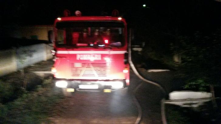 Incendiu puternic în Teleorman. Pompierii s-au luptat cinci ore cu flăcările