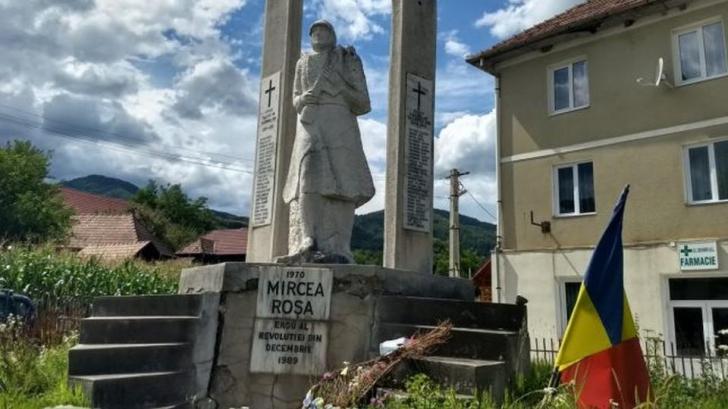 Tânărului i-a fost închinat un monument.