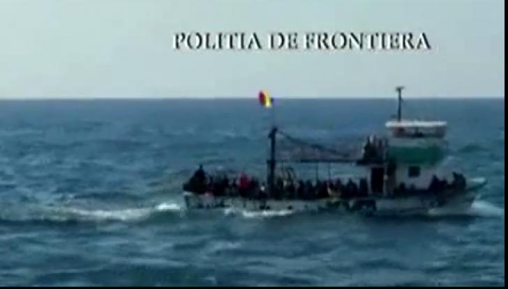 O navă în derivă, cu 157 de refugiați, adusă în Portul Midia. 56 de copii, salvați in extremis