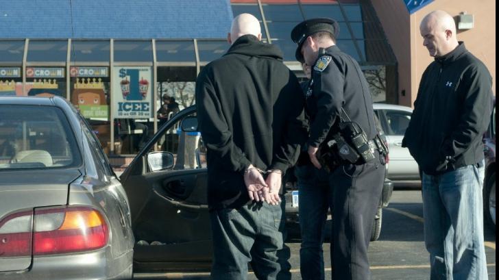 O lecție de viață! Un polițist a prins un hoț în timp ce fura. Omul legii i-a cumpărat haine