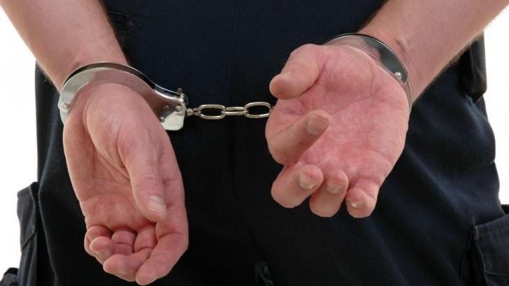 Doi agenți de poliție, reținuți pentru luare de mită