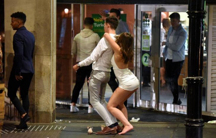 Imaginile EXCESULUI: cum arată finalul unui weekend de trei zile, pentru tinerii britanici