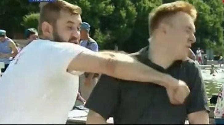 Reporter lovit cu brutalitate în timp ce transmitea în direct
