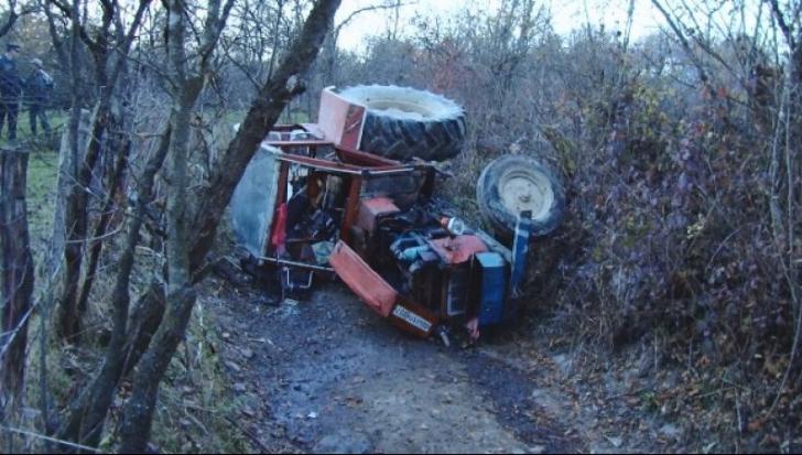 Descoperire macabră în Timiș! Muncitor găsit mort după ce s-a răsturnat cu tractorul