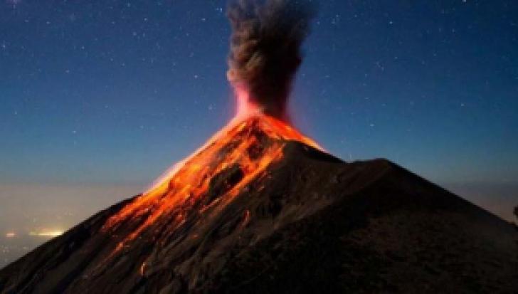 A erupt un vulcan URIAȘ! Explozia a aruncat cenușă la mii de metri înălțime