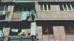 Un bebeluş de un an din Iași a ajuns la spital după ce a căzut de la etajul doi