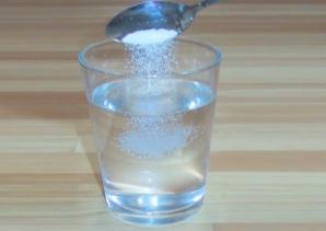 Lasă un pahar cu apă, sare şi oţet în cameră 24 de ore şi vezi ce se întâmplă. Schimbări uimitoare!