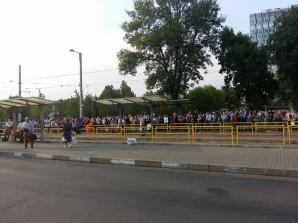 CIRCULAŢIA pe linia tramvaiului 41, din Capitală, BLOCATĂ. Sute de călători, în staţii! / Foto: realitatea.net