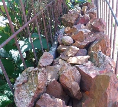 O româncă şi-a făcut, fără să ştie, GARD cu o piatră semipreţioasă. Gardul, mai valoros decât casa!