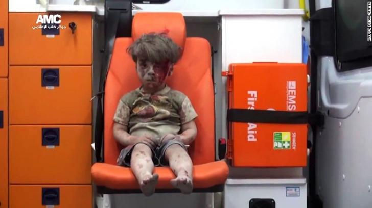 Băieţelul-simbol al războiului din Siria, FOTOGRAFIAT un an mai târziu. Ce face acum Omran