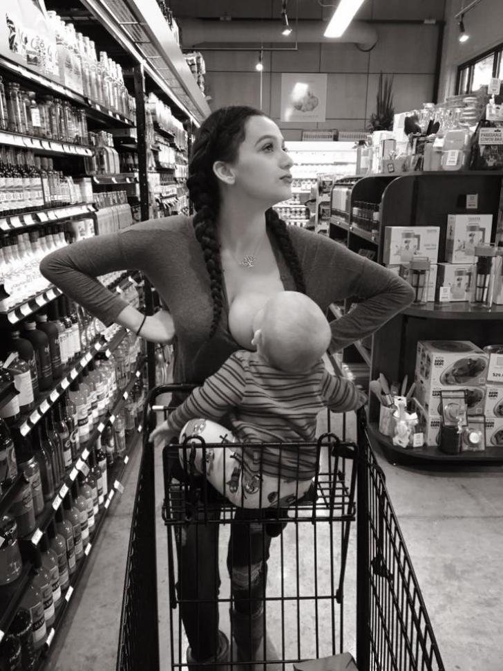 Au văzut această brunetă cu un sân pe-afară, în supermarket, au chemat poliţia. Ce se întâmpla