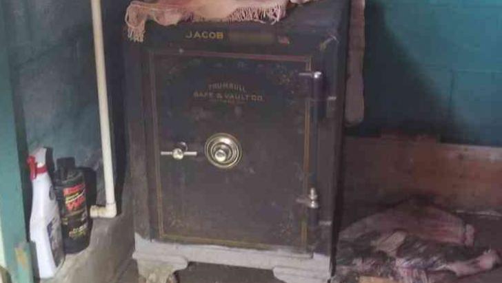 Au găsit un seif în beciul unchiului care a murit. L-au deschis greu, dar a meritat. Au încremenit