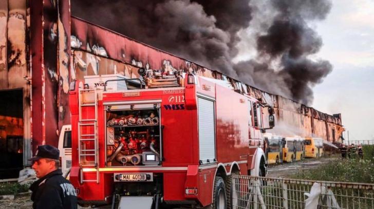 INCENDIU Orăștie. Focul NU a fost stins nici acum! Zona, înghiţită de un nor dens de FUM: 5 victime
