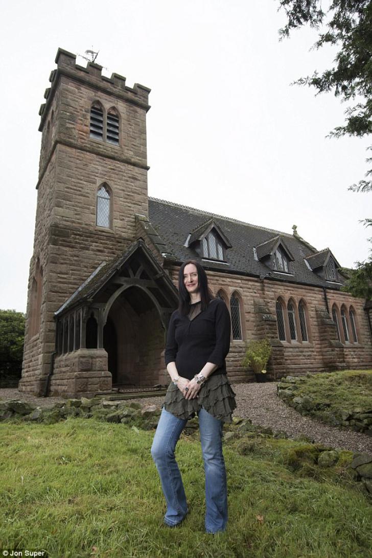 Cum a reuşit o femeie să transforme vechea BISERICĂ din sat într-o casă spectaculoasă