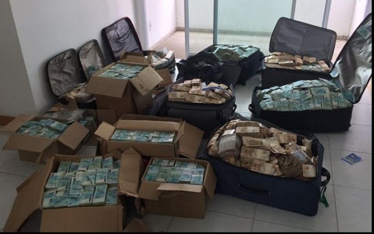 """""""Munte de bani"""", descoperit într-un apartament închiriat. Cui i-ar aparţine milioanele de dolari"""
