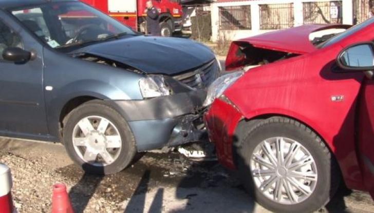 Copil de 10 ani, prins între două mașini după un accident frontal